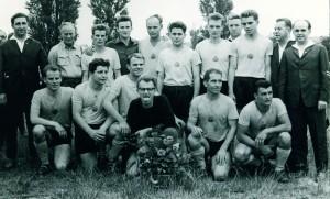 Repro Aufstiegsteam1-6465 Trainer Heinz Kellner (hinten links) bei seinem ersten großen Erfolg, nach dem Aufstiegsspiel gegen Lok Prenzlau am 27. Juni 1965 Repro: Werner Müller